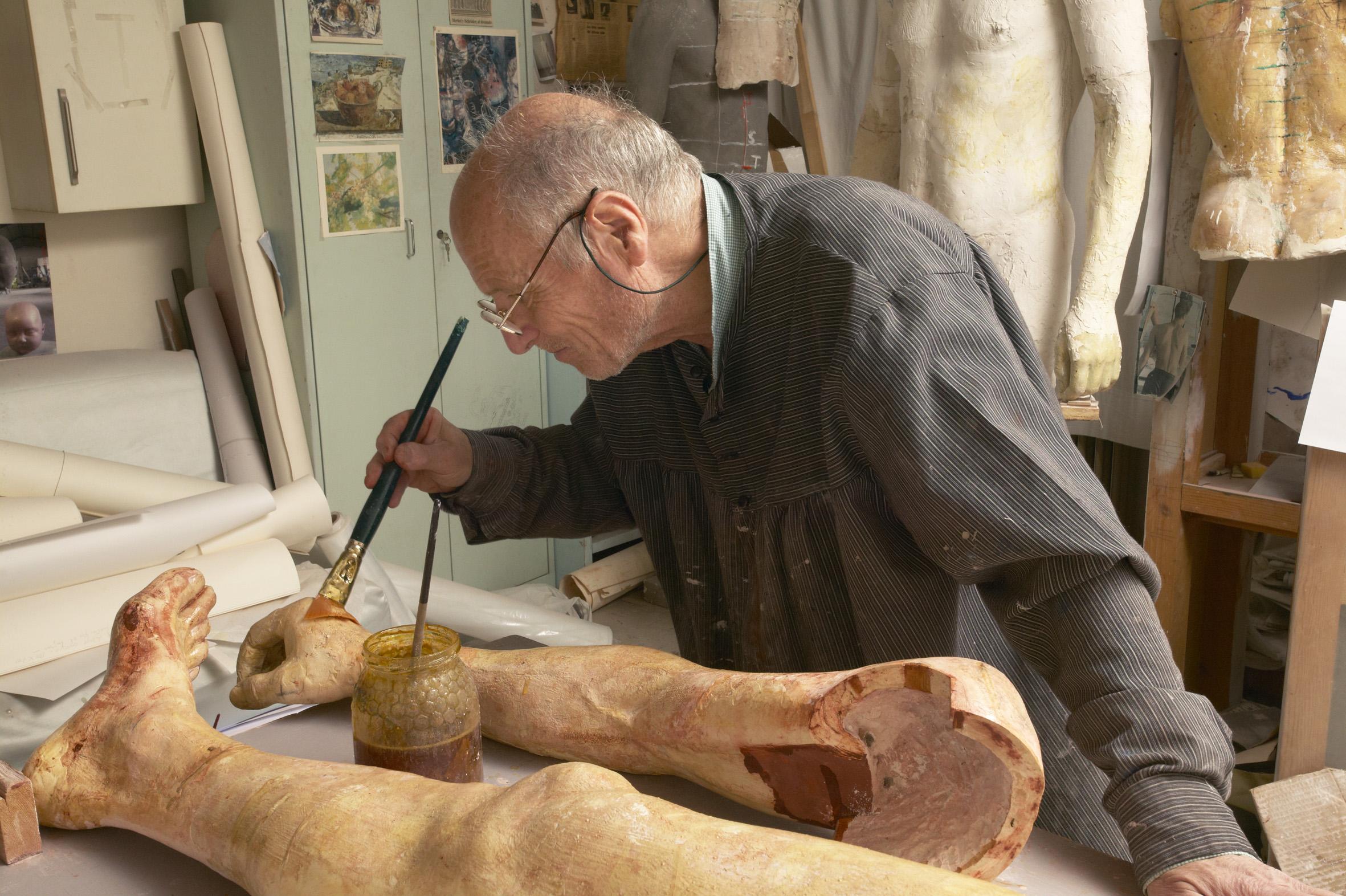 Antonio López trabajando en una de sus esculturas