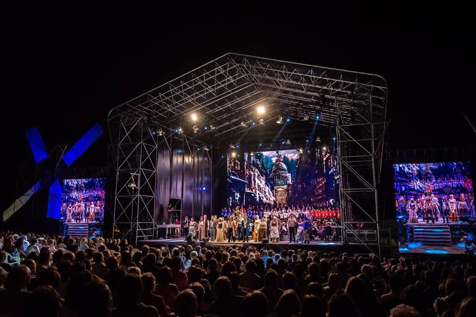 Gala de la Música 2018. Los Miserables. Plano general del escenario.