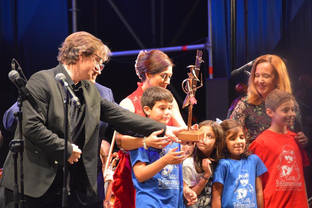 XIII Gala de la Música. Entrega del premio a los representantes de la Escuela Municipal de Música y Danza de Campo de Criptana.